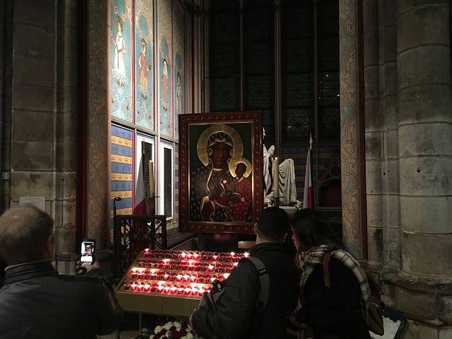 Polska kaplica w Notre Dame. Kopia obrazu Matki Bożej Częstochowskiej