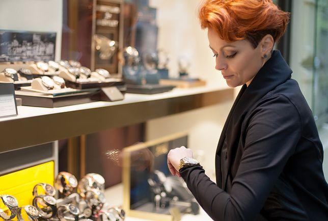 Wybór zegarka na bransoletce powinniśmy dostosować do stylu, w jakim się ubieramy