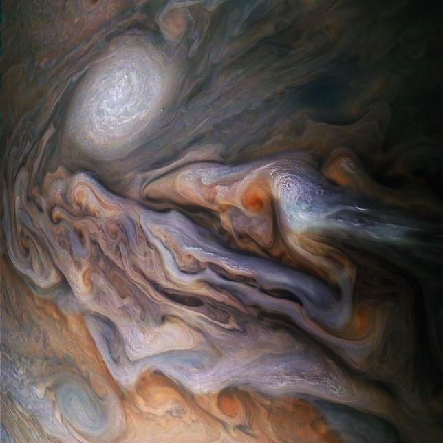 NASA: Sonda Juno zbliżyła się do Jowisza. Takie zdjęcia widzimy pierwszy raz