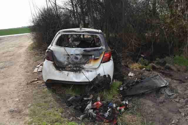 Znudzili się jazdą, spalili samochód