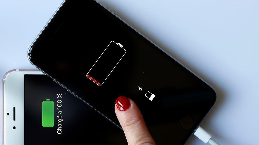 Apple opublikował poradnik rozwiązujący problem słabej baterii /fot. GettyImages
