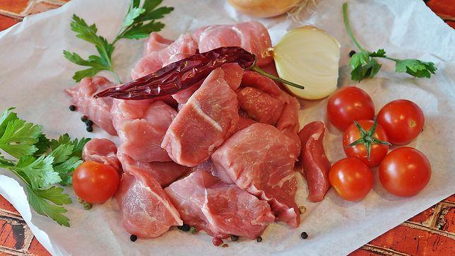Łopatka wieprzowa świetnie komponuje się z warzywami i grzybami, dlatego doskonale nadaje się na gulasz. Przepisy z łopatką wieprzową