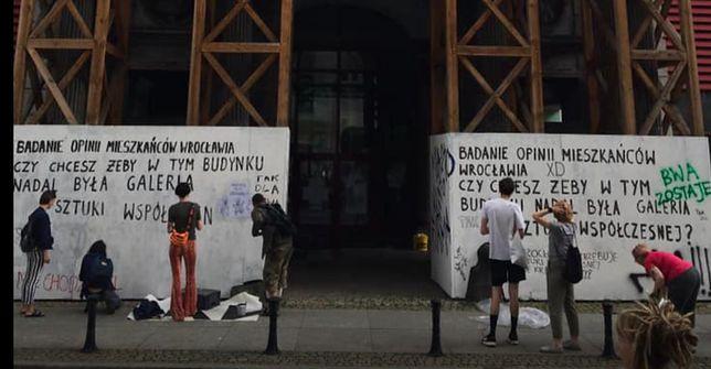 Przed dawną siedzibą BWA protestowali we worek środowiska związane ze sztuką