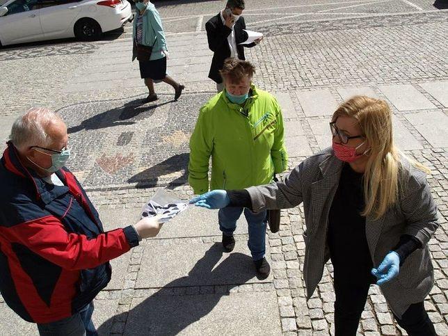 Koronawirus. 10 tys. zł grzywny za rozdawanie maseczek. Mieszkańcy chcą pomóc ukaranej dyrektorce MDK