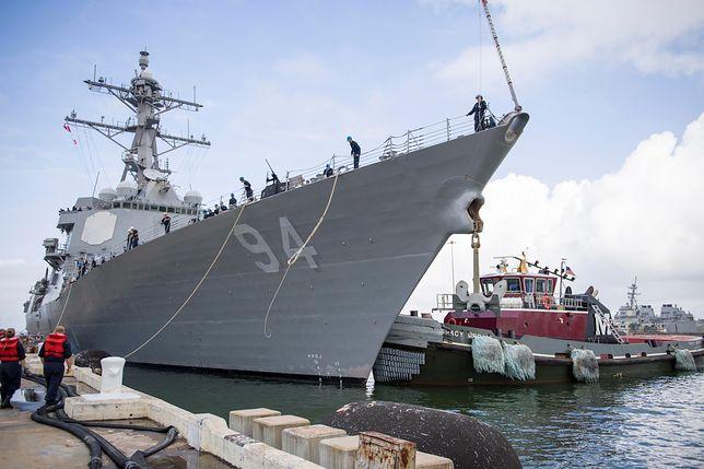Niszczyciel rakietowy USS Nitze przygotowuje się do wyjścia w morze