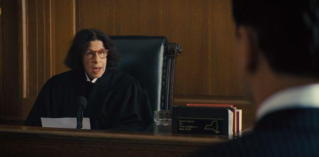 """Fran Lebowitz w roli sędziny, kadr z filmu Martina Scorsese """"Wilk z Wall Street"""""""