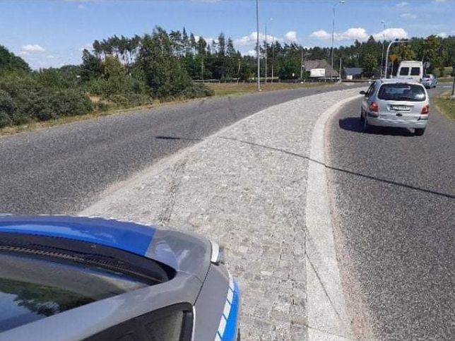 Kierowca swoim zachowaniem wzbudził zainteresowanie funkcjonariuszy. (KWP Gdańsk)
