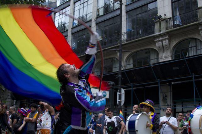 Parada równości na ulicach Buenos Aires przyciąga tysiące ludzi