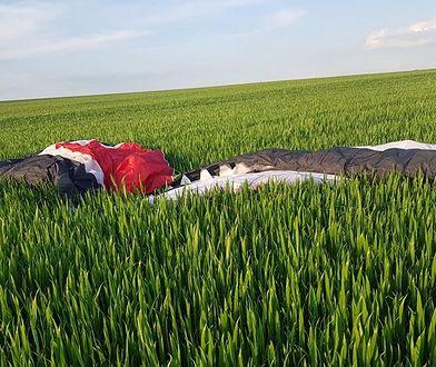 """Motolotniarz rozbił się na środku pola. """"Z impetem uderzył w ziemię"""""""