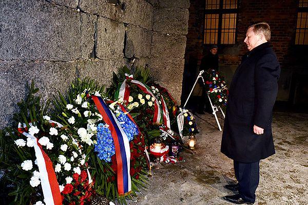 Szef Kancelarii Prezydenta Rosji Siergiej Iwanow składa kwiaty pod Ścianą Śmierci w Auschwitz I