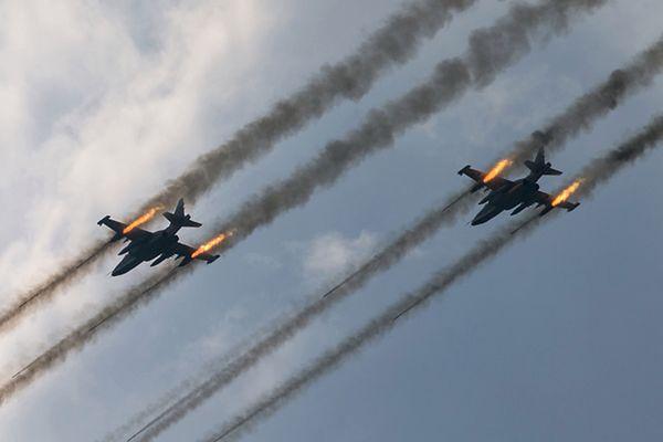 Rosyjskie samoloty szturmowe Su-25 w czasie manewrów