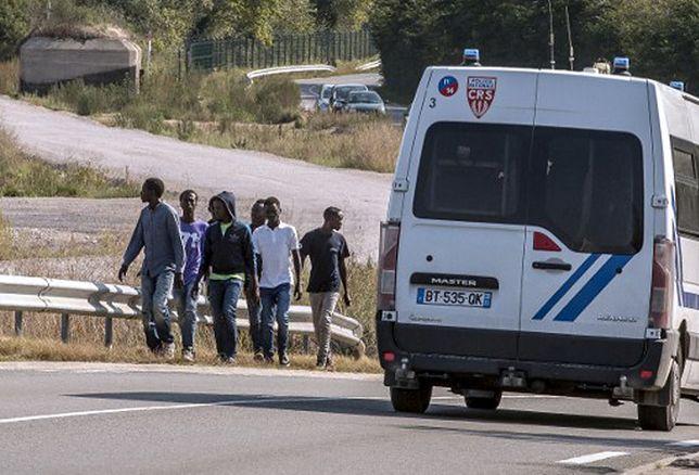 Imigranci na autostradzie w pobliżu Calais.