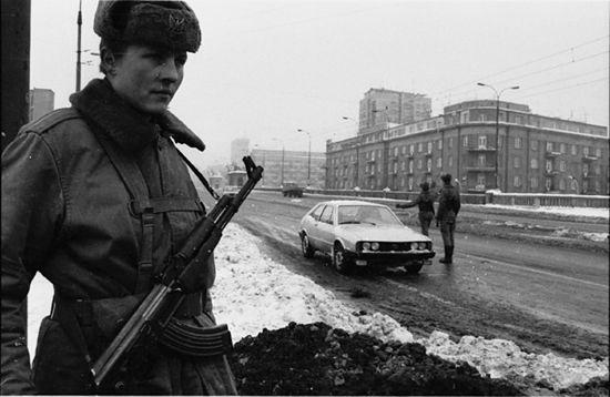 Kontrolny posterunek wojskowy przy wjeździe na most Poniatowskiego, Warszawa