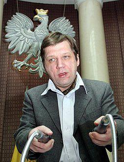 1% głosów - przewodniczący Rady m.st. Warszawy Witold Kołodziejski w trakcie posiedzenia Rady 9 lutego. Kołodziejski (dotychczas autor katolickich programów telewizyjnych), został wybrany przez Senat do Krajowej Rady Radiofonii i Telewizji