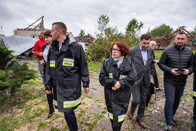 Elżbieta Kruk w kurtce strażackiej