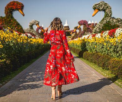 Sukienka w kwiaty pasuje do każdej sylwetki. W Lidlu znajdziesz ją za 39 zł