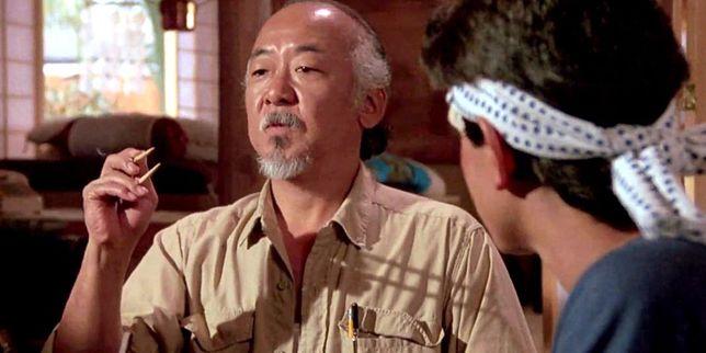 """Pat Morita w swojej najsłynniejszej roli. W serialu """"Cobra Kai"""" jego postać została uśmiercona. Aktor zmarł w 2005 r."""