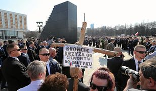 Pomnik smoleński nie jest jeszcze skończony. Będzie czerwony dywan, żywopłot i krzyż