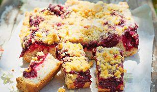 Pyszne i proste ciasto drożdżowe z sezonowymi owocami. Idealne do kawy