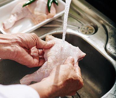 Pierwszą czynnością jaką wielu z nas wykonuje podczas przyrządzania specjałów z drobiu czy wieprzowiny jest dokładne płukanie mięsa