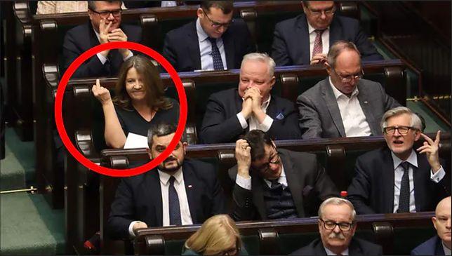 Joanna Lichocka z PiS uparcie utrzymuje, ze nie wykonała obraźliwego gestu
