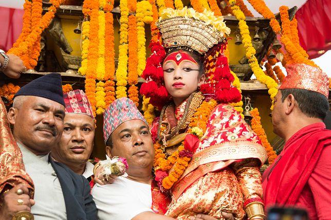 Podczas święta Indra Dźatra, gdy kumari opuszcza pałac, jest noszona w specjalnym rydwanie lub na rękach
