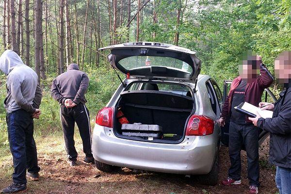 Policjanci przyłapali ich w lesie na gorącym uczynku