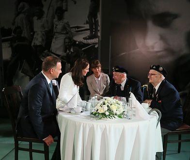 Księżna Kate i książę William oraz Andrzej Duda rozmawiają z weteranami w Muzeum Powstania Warszawskiego