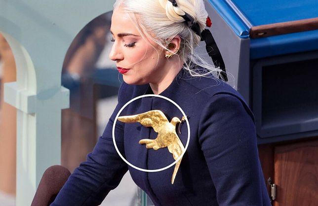 Lady Gaga wsparła Joego Bidena. Zaśpiewała hymn, a jej strój wzbudził sporo emocji. Chodzi o przypinkę