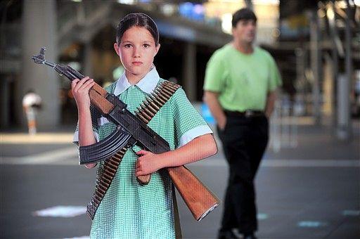 Dzieci z bronią zmuszają przechodniów do myślenia - zdjęcia