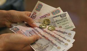 Radykalny ruch Egiptu. Wartość waluty o 50 procent w dół