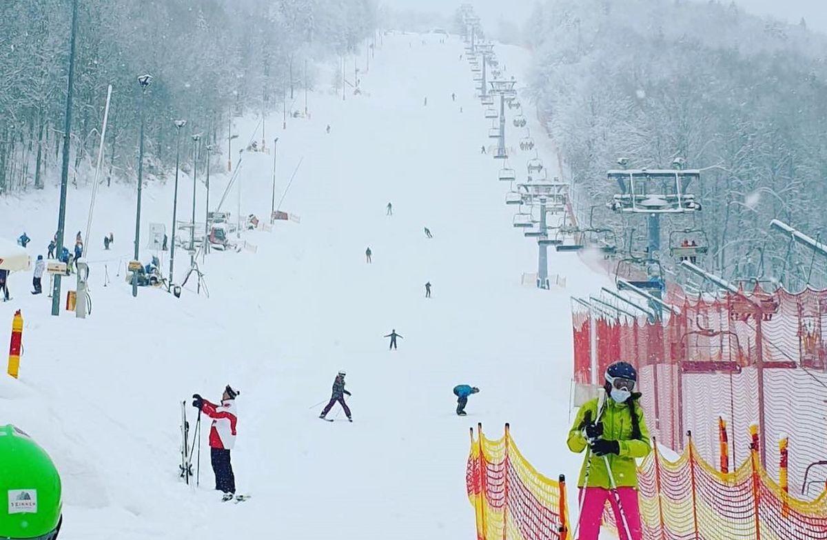 Śląskie. Stacja narciarska Stok w Wiśle w sobotę 13 lutego. Od 12 lutego warunkowo zostały otwarte m.in. stoki narciarskie.