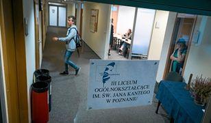 O nowej siedzibie III LO w Poznaniu informują kartki na drzwiach