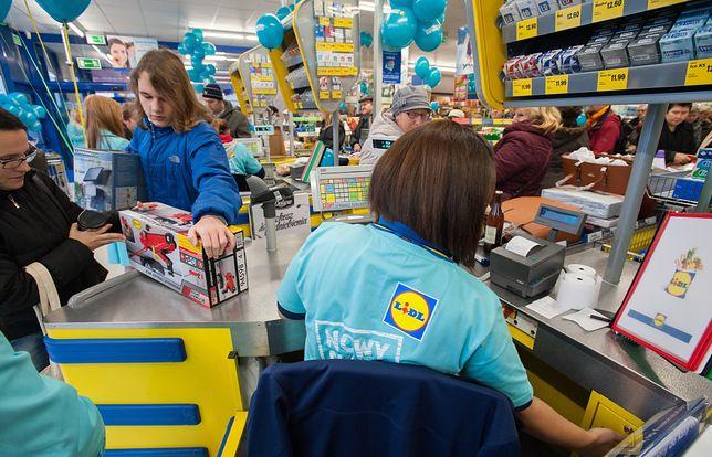 W marcu Lidl poinformował, że pensje dla osób rozpoczynających pracę wynoszą 2550 - 3300 zł brutto.