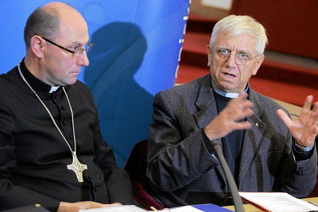 O. Adam Żak (z prawej) - pełnomocnik Episkopatu Polski ds. ochrony dzieci i młodzieży podczas konferencji prasowej dot. pedofilii w Kościele. 2013 rok.