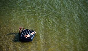 Jezioro Jezuickie: Mężczyzna pływając na materacu w podbydgoskim jeziorze wpadł do wody / foto ilustracyjne