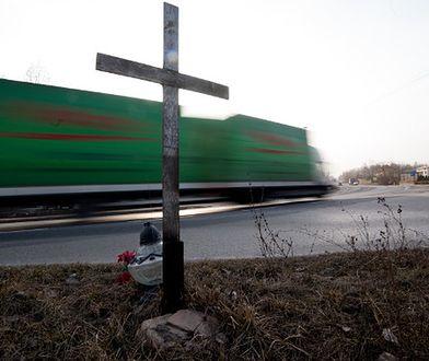 Legnica usuwa krzyże z pasów jezdni. Co zrobią inni zarządcy dróg?