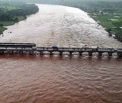 W Indiach zawalił się most. Znaleziono ciała kolejnych 14 osób