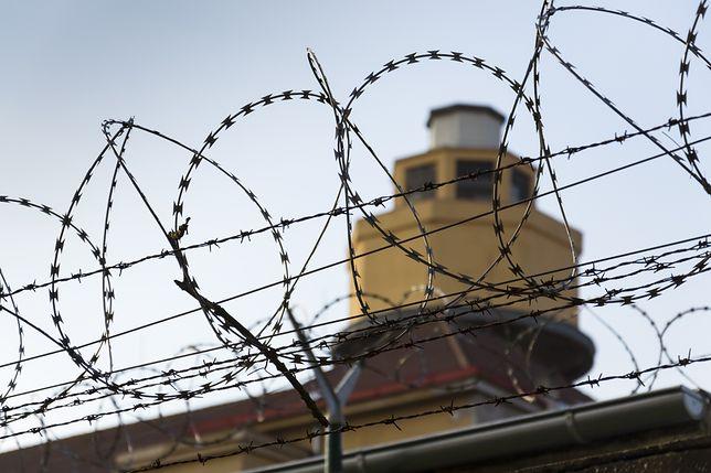 Więźniowie pokonali ogrodzenie z drutu kolczastego