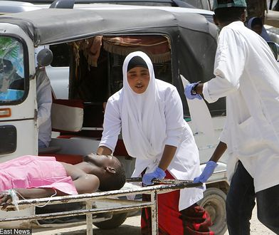 Pracownicy szpitala udzielają pierwszej pomocy rannym w zamachu na ulicach Mogadiszu w poniedziałek rano