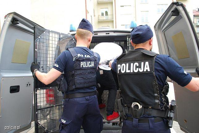 Policjanci doprowadzają 19-latka do prokuratury