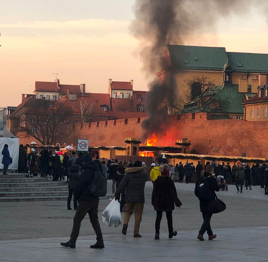Warszawa. Pożar na jarmarku świątecznym na placu Zamkowym. Spłonęły dwie budki