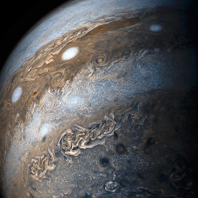 """Jeden z nowo odkrytych księżyców jest """"dziwadłem"""""""