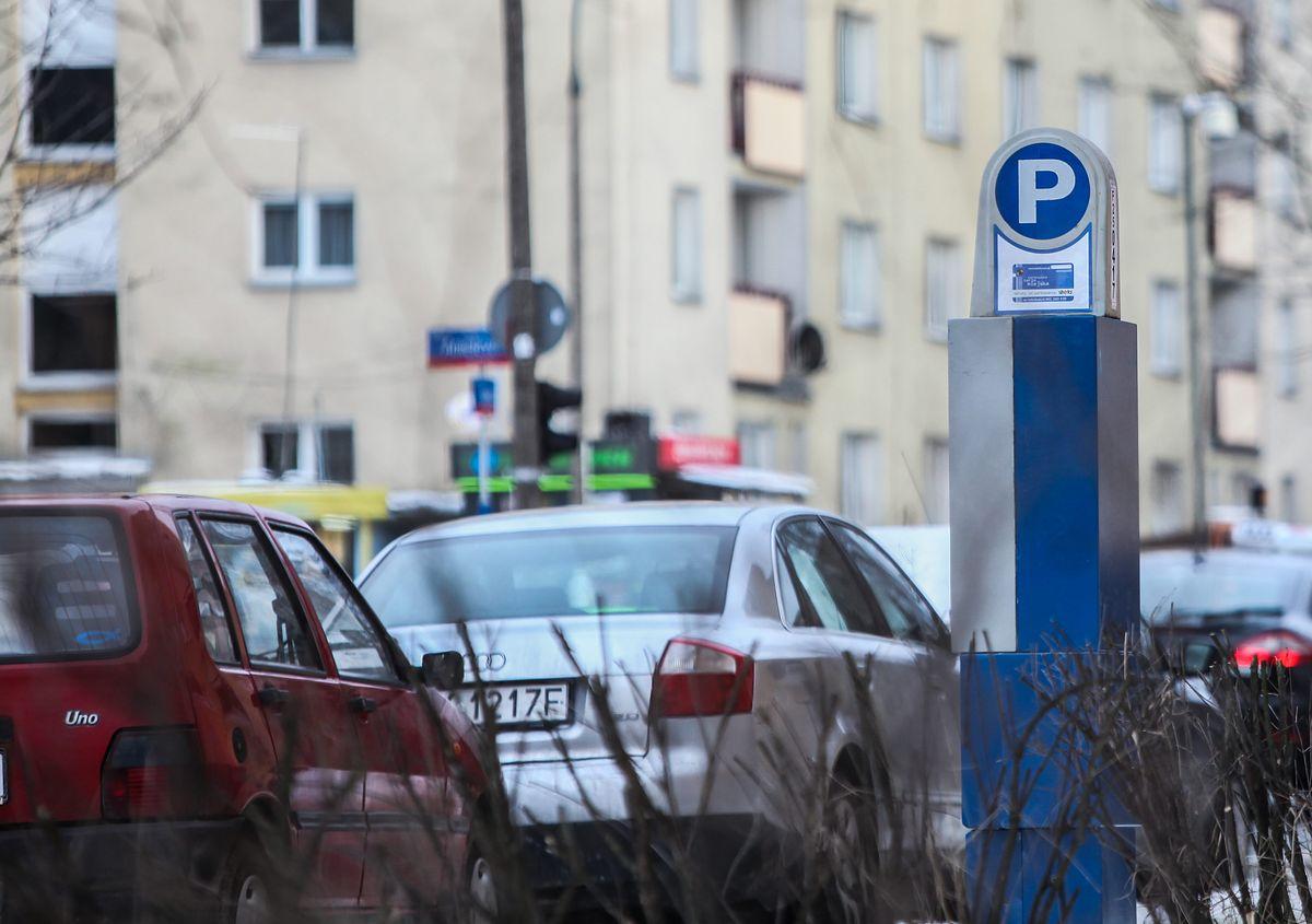 Strefa płatnego parkowania w Warszawie coraz większa. Kolejne parkomaty na Woli i Pradze
