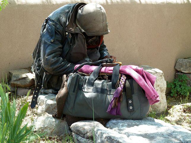 Zdaniem 91 proc. ankietowanych osoby bezdomne w porównaniu z innymi ludźmi są lub prawdopodobnie są bardziej bezradne