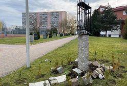 """Koszalin. Zdewastowana kapliczka. """"Profanacja pamiątki z obozu Dachau"""""""