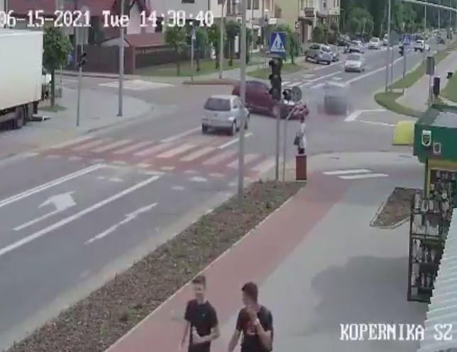 Płońsk. Do wydarzenia, zarejestrowanego przez monitoring, doszło przy ulicy Kopernika. Zderzyły się trzy pojazdy, trzy osoby potrzebowały pomocy medycznej pojazdy z