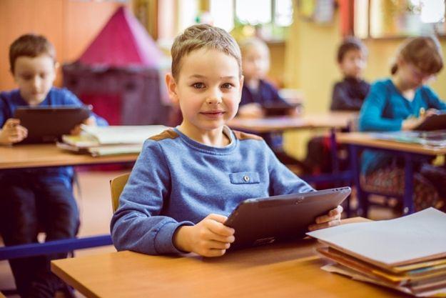 Tablet dla każdego ucznia albo dodatkowe 1000 zł. Tak miasta kuszą rodziców, by posłali sześciolatki do szkoły