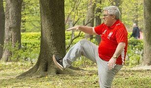 Koronawirus a majówka 2020. Europoseł PiS Ryszard Czarnecki ćwiczył bez maseczki w parku