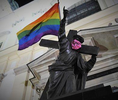 Warszawa. Na pomniku zawisła tęczowa flaga